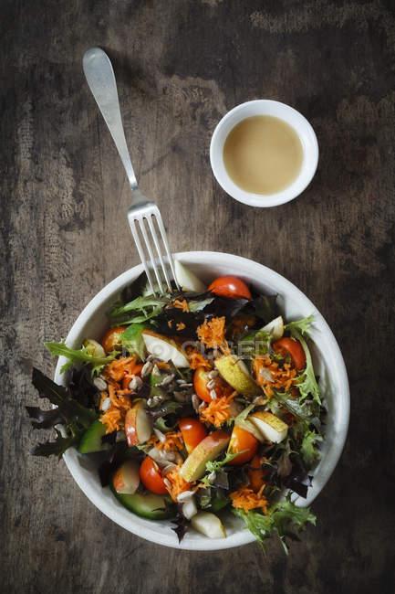Frischer gemischter Salat mit Kohlrabi, Tomate und Gurke auf Holz — Stockfoto