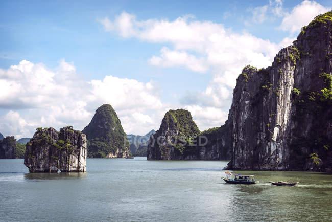 Vietnam, Gulf of Tonkin, Vinh Ha Long Bay — Stock Photo