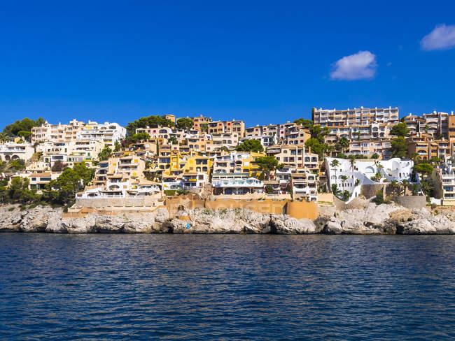 Vista do complexo de apartamentos em Cala Fornells durante o dia, Maiorca, Espanha — Fotografia de Stock
