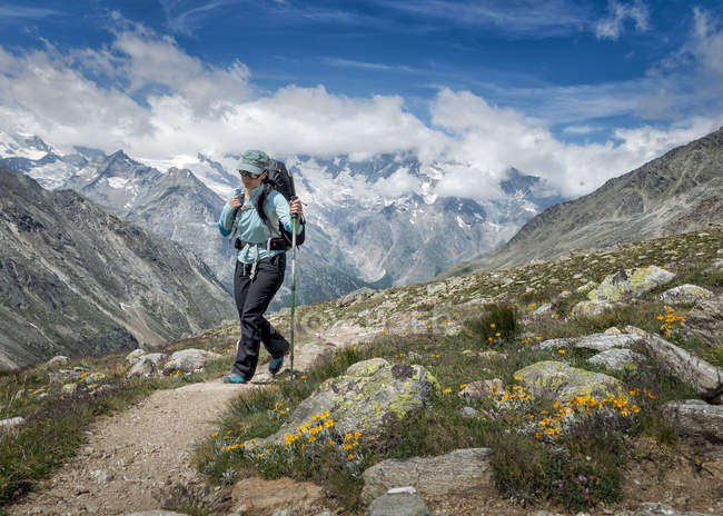 Switzerland, Valais, Wiwannihorn, woman hiking in mountains — Stock Photo