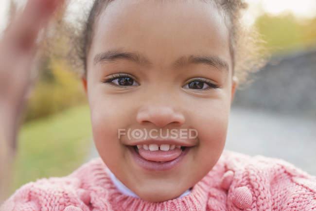 Porträt des Lächelns Mischlinge Mädchen Zunge — Stockfoto