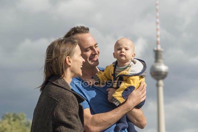 Щаслива пара з baby boy перед телевізійна башта — стокове фото