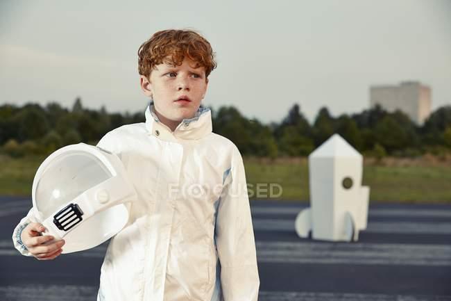 Rothaarige junge verkleidet als Raumfahrer — Stockfoto