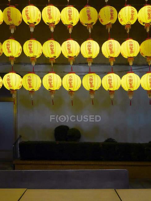 Перегляд жовтий lampions перед храмом, Тайвань — стокове фото