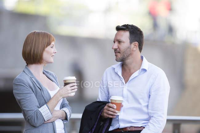 Деловые люди отдыхают, пьют кофе — стоковое фото