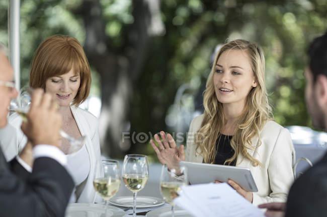 Gente elegante al ristorante esterno che fa conversazione — Foto stock