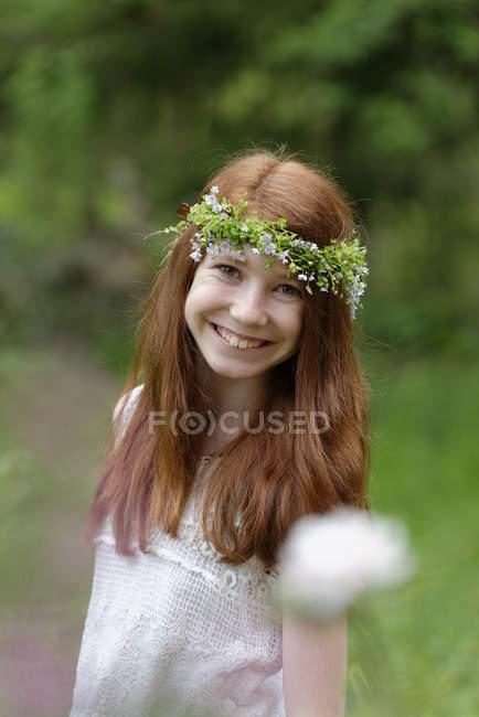 Портрет посміхається дівчина носити квітковий вінок — стокове фото