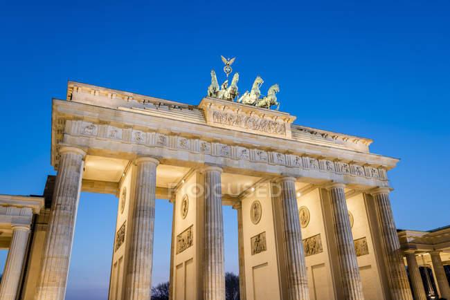 Allemagne, Berlin, Berlin-Mitte, Porte de Brandebourg, Pariser Platz le soir — Photo de stock