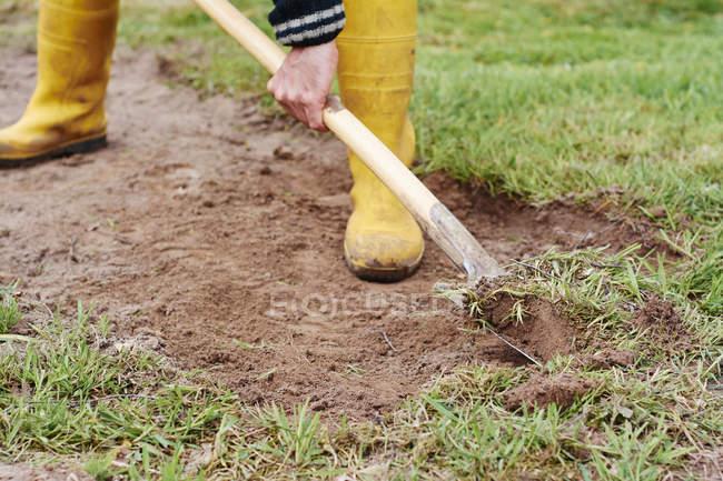 Гарднер убирает траву с луга — стоковое фото