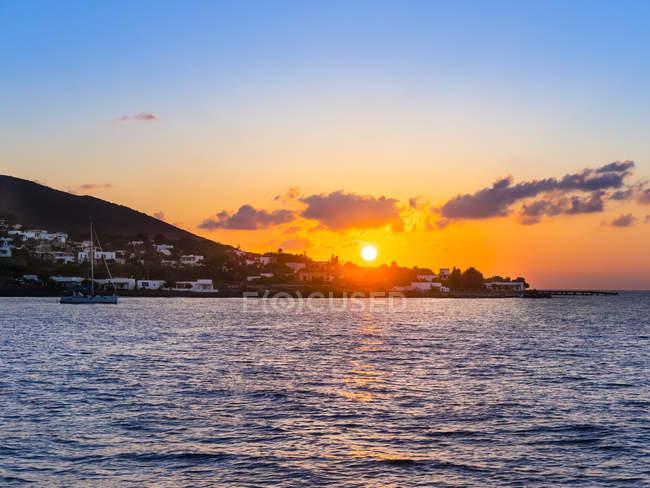 Italie, Sicile, Îles Éoliennes, Vue sur Isola Stromboli au coucher du soleil — Photo de stock