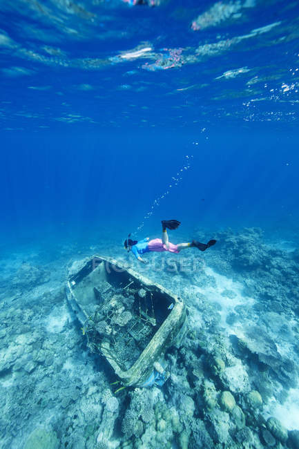 Woman snorkeling at sunken boat in Indian Ocean, Maldives — Stock Photo