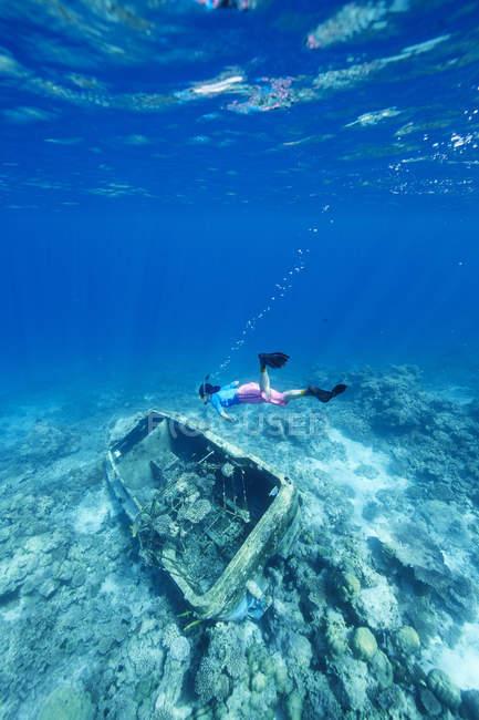 Жінка підводним плаванням в затонулого судна в Індійському океані, Мальдіви — стокове фото