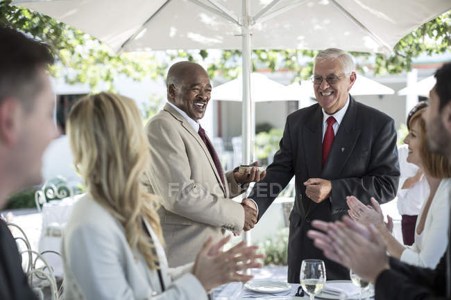 Des hommes d'affaires célébrant les réalisations dans le restaurant — Photo de stock