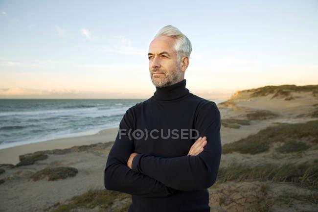 Портрет Беловолосый человек ношение водолазку стоя на пляже Дюны до восхода солнца — стоковое фото