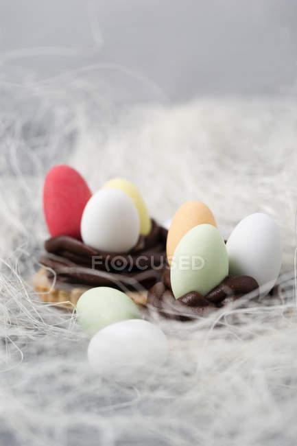 Шоколадные пасхальные яйца в печенье с шоколадом ganache с декором — стоковое фото