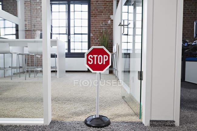 Sinal de parada no escritório de plano aberto moderno — Fotografia de Stock