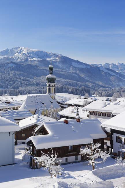 Germania, Baviera, Alta Baviera, Chiemgau, Veduta di Reit im Winkl in inverno, Unterberghorn sullo sfondo — Foto stock