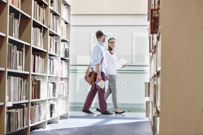Due studenti ne presso Biblioteca universitaria — Foto stock