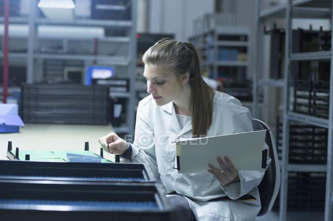 Techniker halten Zwischenablage funktioniert auf Platine — Stockfoto