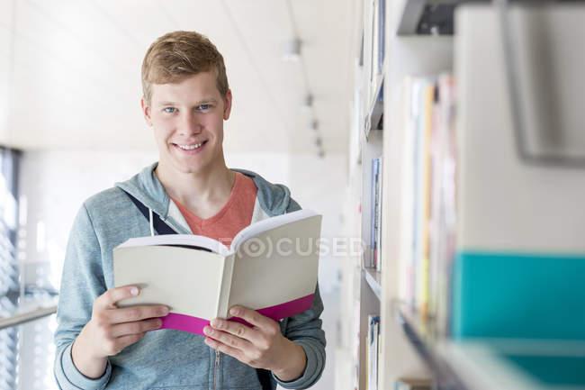 Ritratto del libro di lettura dell'allievo presso Biblioteca universitaria — Foto stock