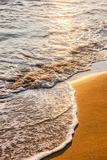 Греция, Корфу, Арильяс пляж вечером и волны — стоковое фото