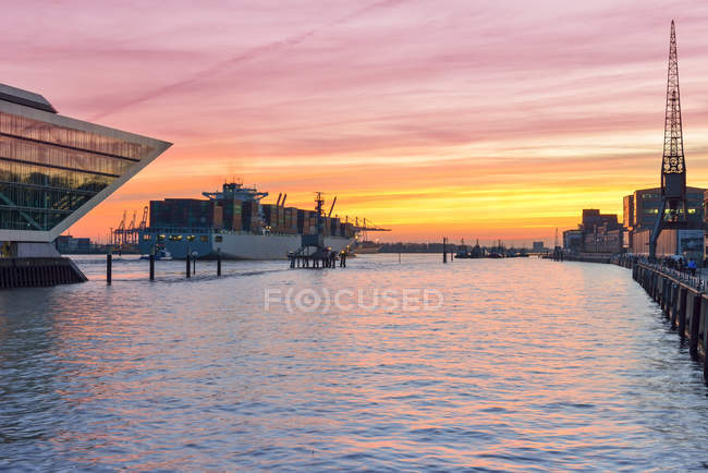 Мбаппе и Докленд на закате, Гамбург, Германия — стоковое фото