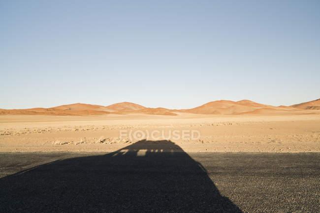 Namibie, Namib Desert, Namib Naukluft Park, ombre d'une voiture traversant Sossusvlei — Photo de stock
