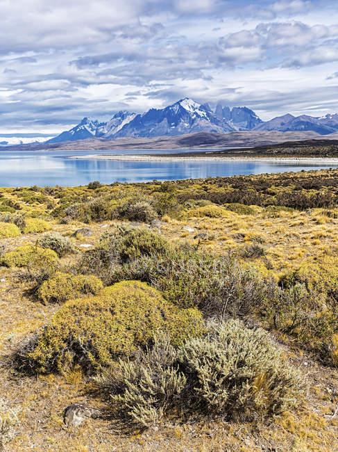 Chile, Cordilheira del Paine, vista para o lago Sarmiento e Torres del Paine no fundo — Fotografia de Stock