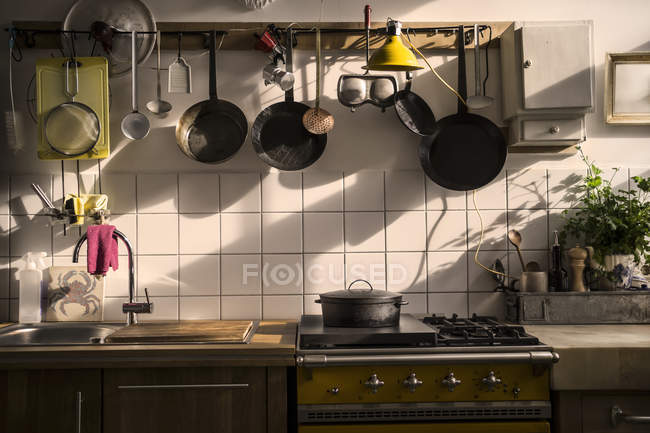 Unidad de cocina en una cocina doméstica a la luz de la noche - foto de stock