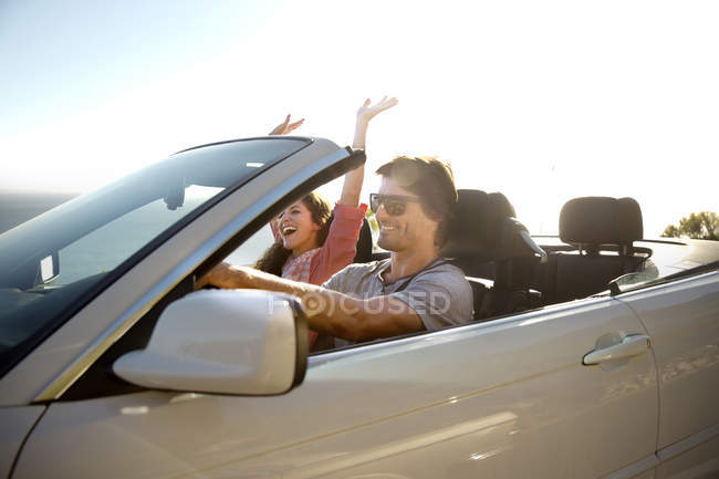 Couple de conduite en Cabriolet — Photo de stock