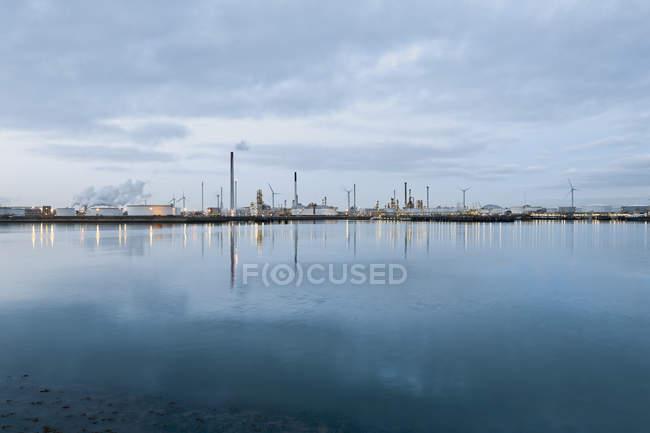 Paesi Bassi, Rotterdam, stabilimento industriale nell'area portuale — Foto stock