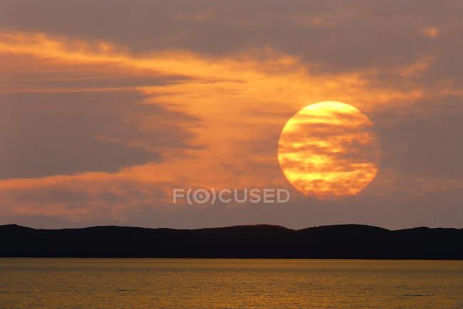 Autriche, Burgenland, Montagnes Leitha, Lac Neusiedl au coucher du soleil — Photo de stock
