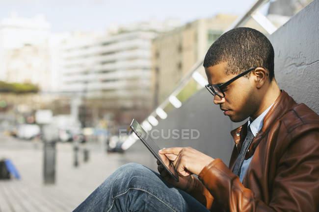 Бизнесмен с помощью мини-планшета — стоковое фото