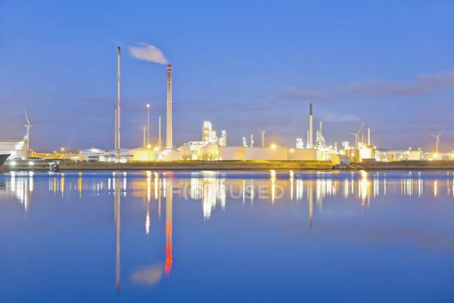 Pays-Bas, Rotterdam, usine industrielle dans la zone portuaire — Photo de stock