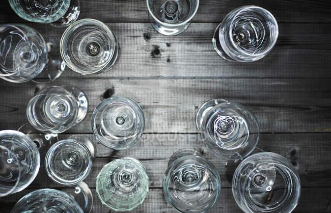 Vista dall'alto di bicchieri di vino vuoti su legno — Foto stock