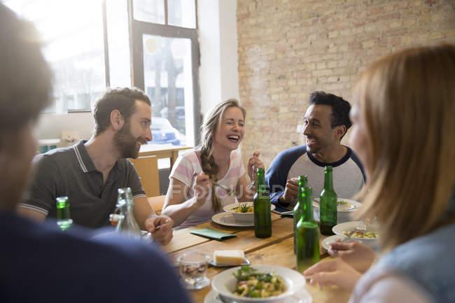 Щасливі друзів разом їжі в домашніх умовах — стокове фото