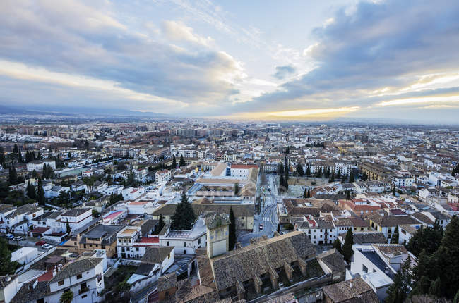 Vistas del paisaje urbano desde el distrito de Realejo-San Matías, Granada, Andalucía, España - foto de stock