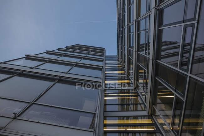 Germania, Monaco di Baviera, facciata in vetro dell'edificio amministrativo al crepuscolo della sera — Foto stock