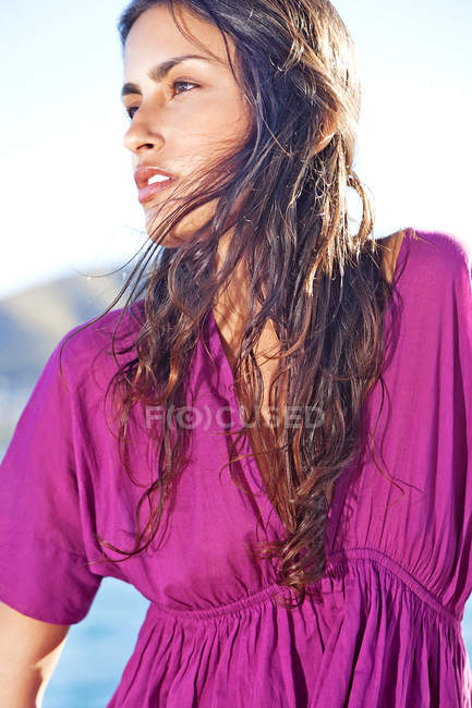 Портрет брюнетки молодой женщины на улице — стоковое фото