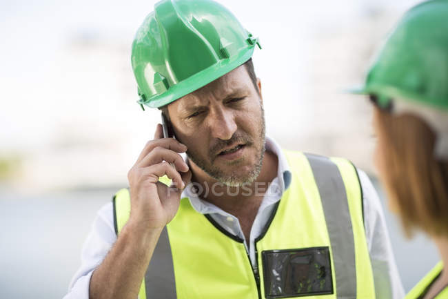 Manager and foreman discussing construction project on site — Stock Photo