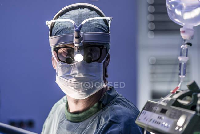 Портрет хирурга-мужчины в операционной — стоковое фото