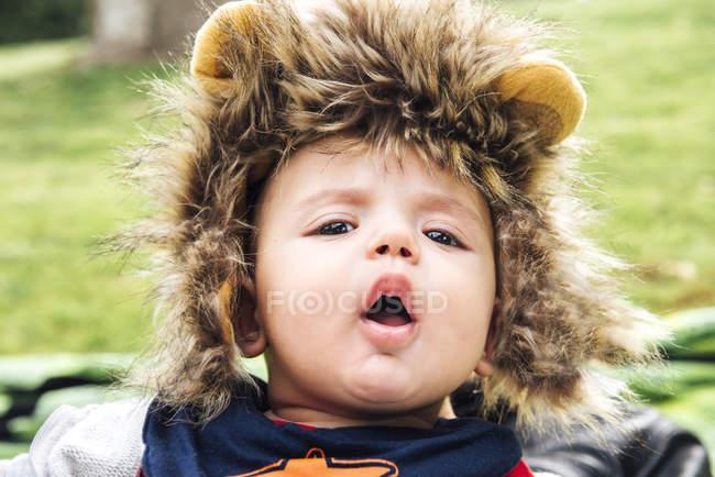 Ребенок с открытым ртом в львиной шляпе — стоковое фото