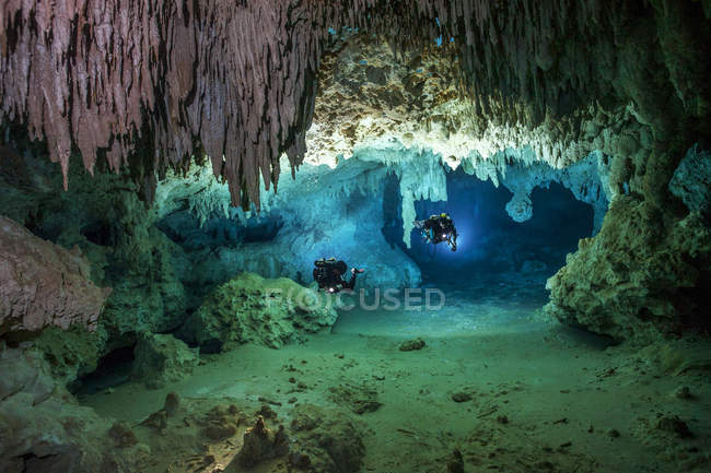 Mexique, Yucatan, Tulum, deux plongeurs dans les grottes explorant le système de grottes de Cenote Chan Hol — Photo de stock