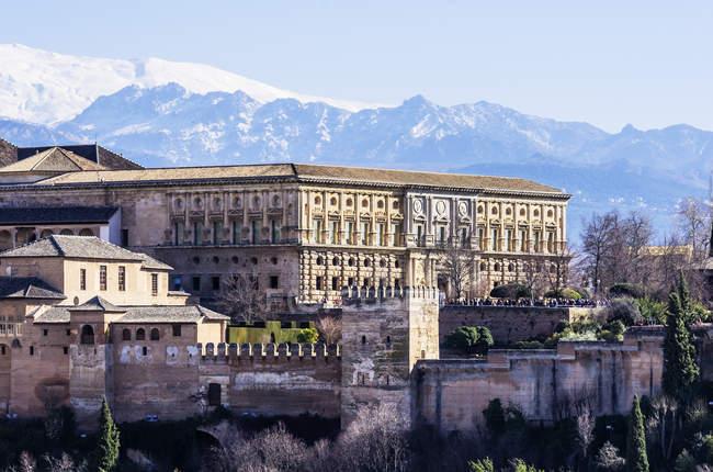 Vista del Palacio de la Alhambra durante el día, Granada, Andalucía, España - foto de stock