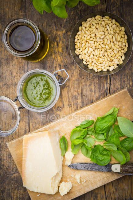 Алла песто Дженовезе, базилик, пармезан, кедровые орехи, оливковое масло и сырые trofie лапша — стоковое фото