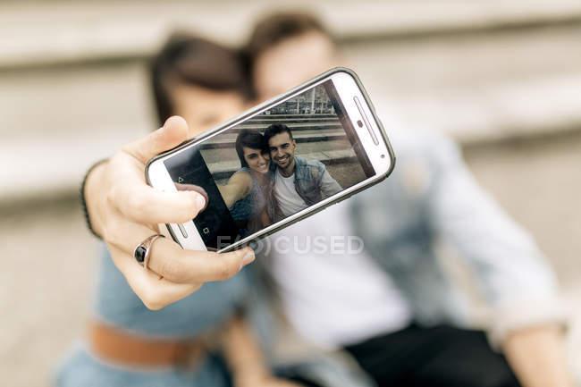 Paar in Liebe nehmen Selfie mit smartphone — Stockfoto