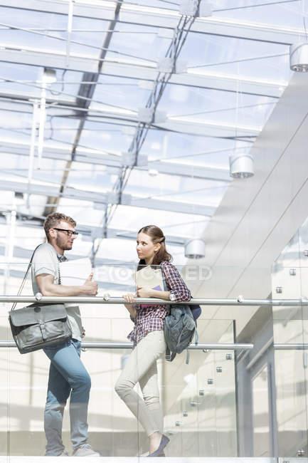 Due studenti ne su skywalk alla biblioteca dell'Università — Foto stock