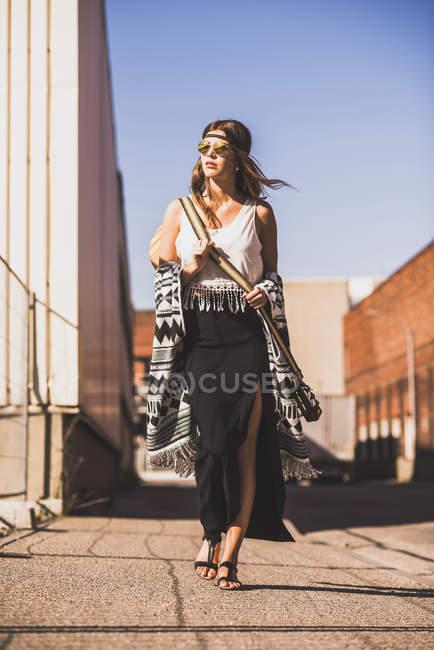 Jovem mulher vestindo estilo boho andando na rua — Fotografia de Stock