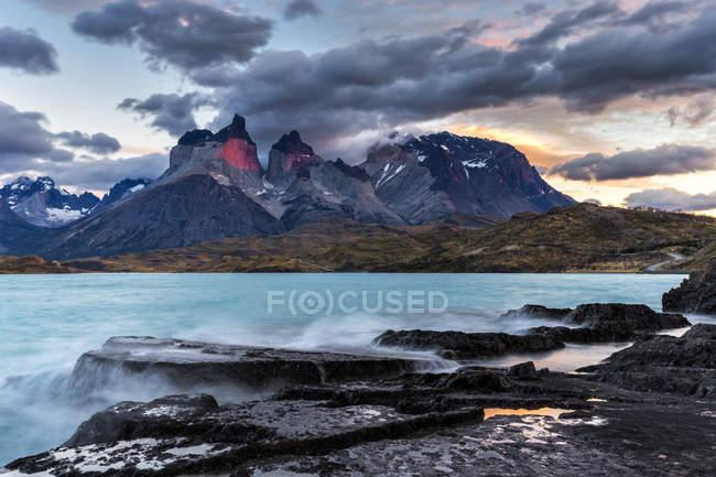Nascer do sol de Chile, Parque Nacional Torres del Paine, no lago Pehoe — Fotografia de Stock