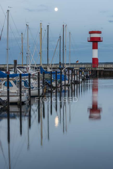 Німеччина, Eckernfoerde, порт з маяк на повний місяць — стокове фото